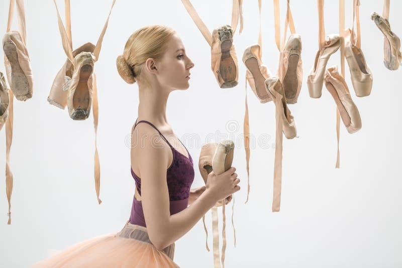Bailarina loura com sapatas do pointe fotos de stock royalty free