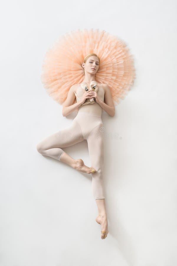 A bailarina loura encontra-se no estúdio fotografia de stock