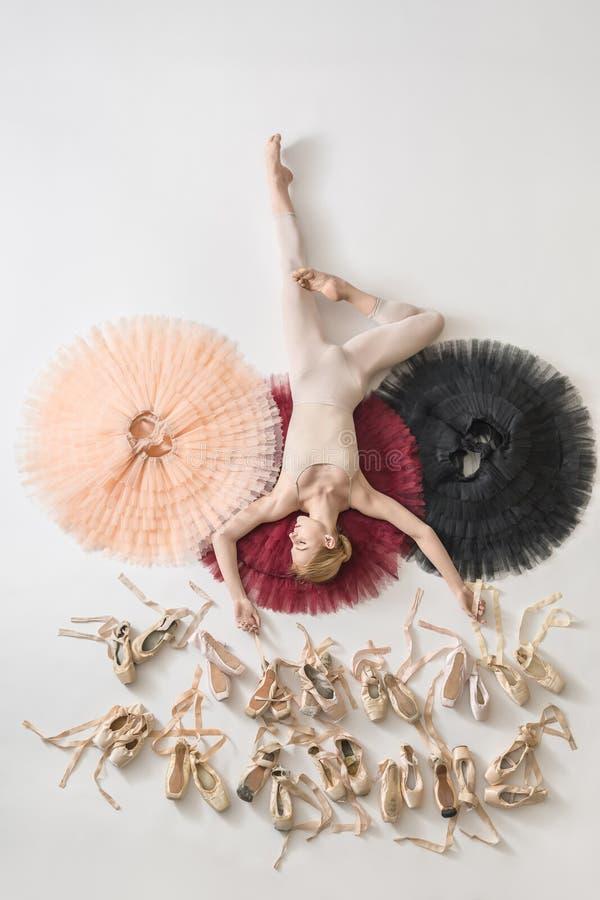 A bailarina loura encontra-se no estúdio fotos de stock