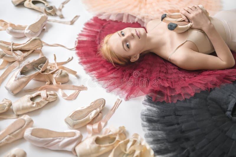 A bailarina loura encontra-se no estúdio imagem de stock royalty free