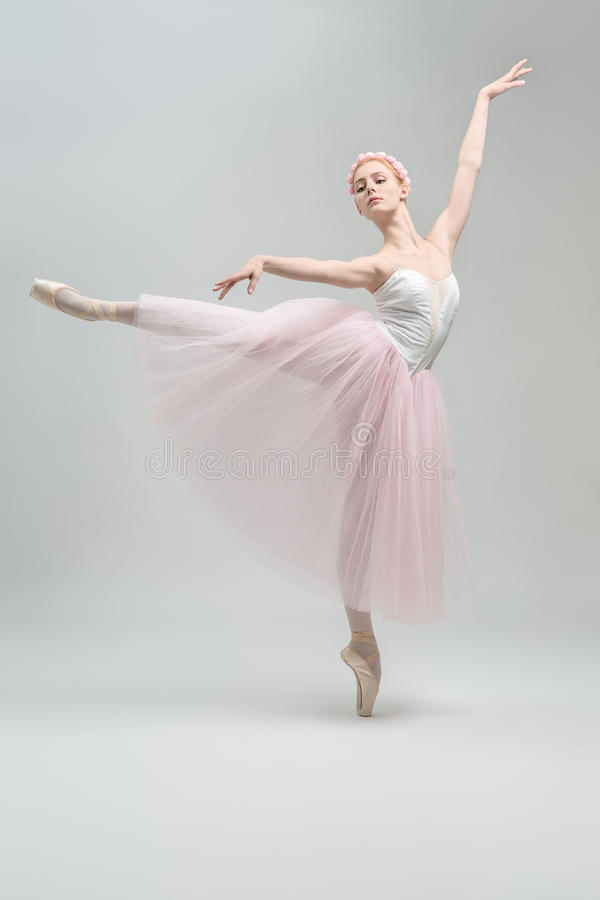 Bailarina loura no estúdio fotos de stock royalty free
