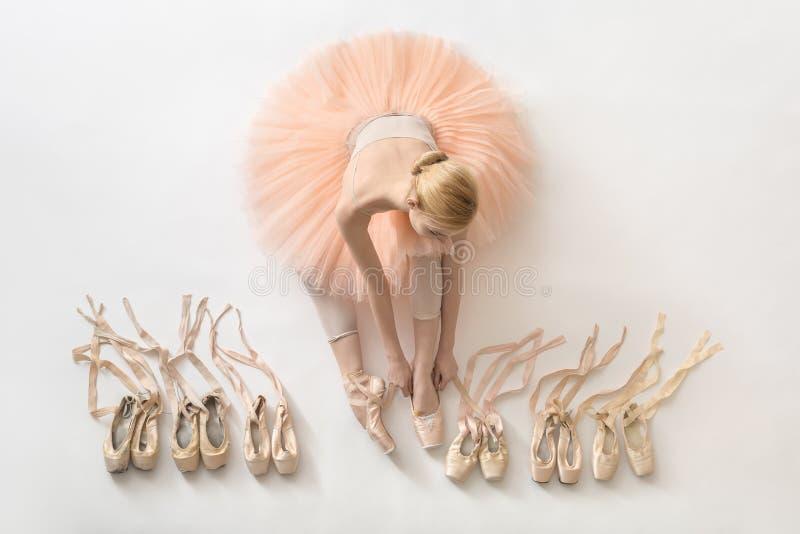 Bailarina loura no estúdio imagem de stock