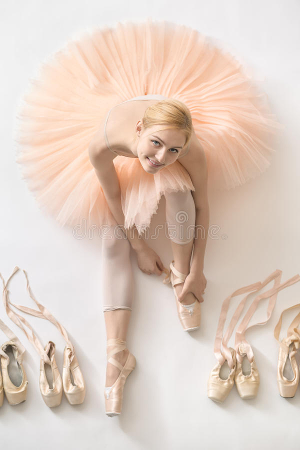 Bailarina loura no estúdio imagens de stock royalty free