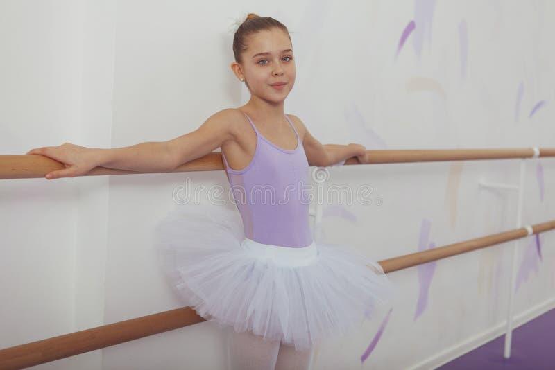 Bailarina magnífica de la chica joven que practica en el estudio de la danza foto de archivo libre de regalías