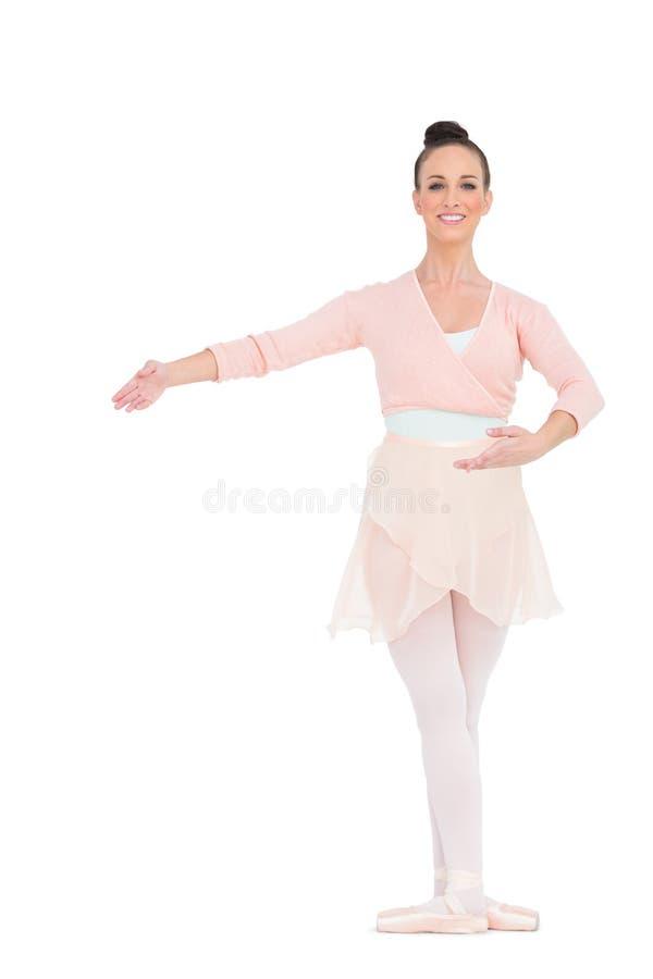 Bailarina magnífica feliz que presenta para la cámara fotografía de archivo