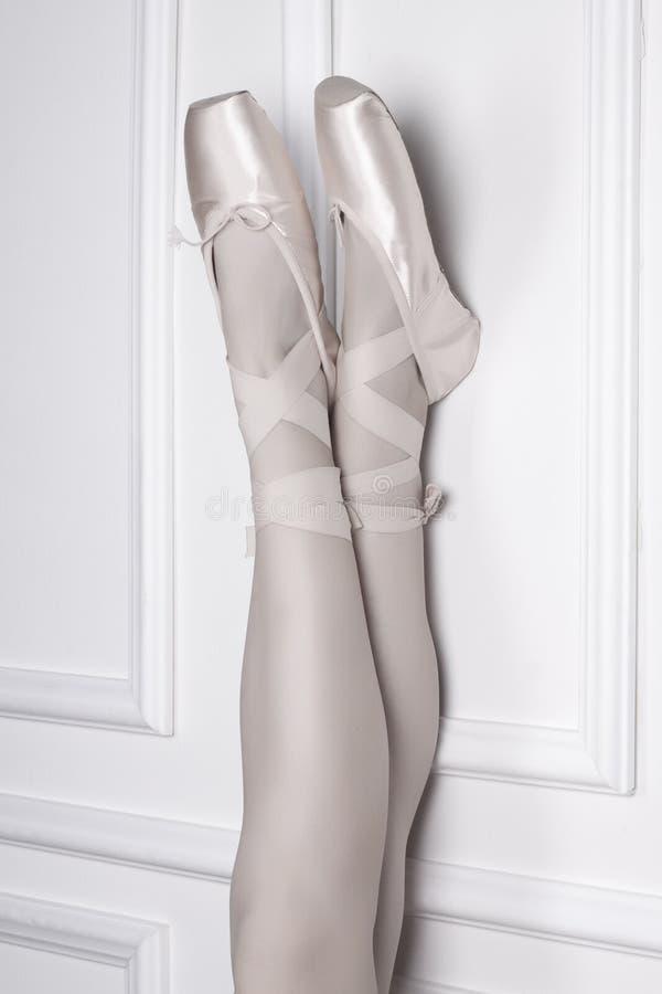 Bailarina muchacha en zapatos de ballet imagen de archivo libre de regalías