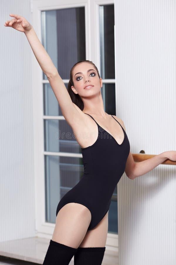 Bailarina na classe do bailado imagens de stock