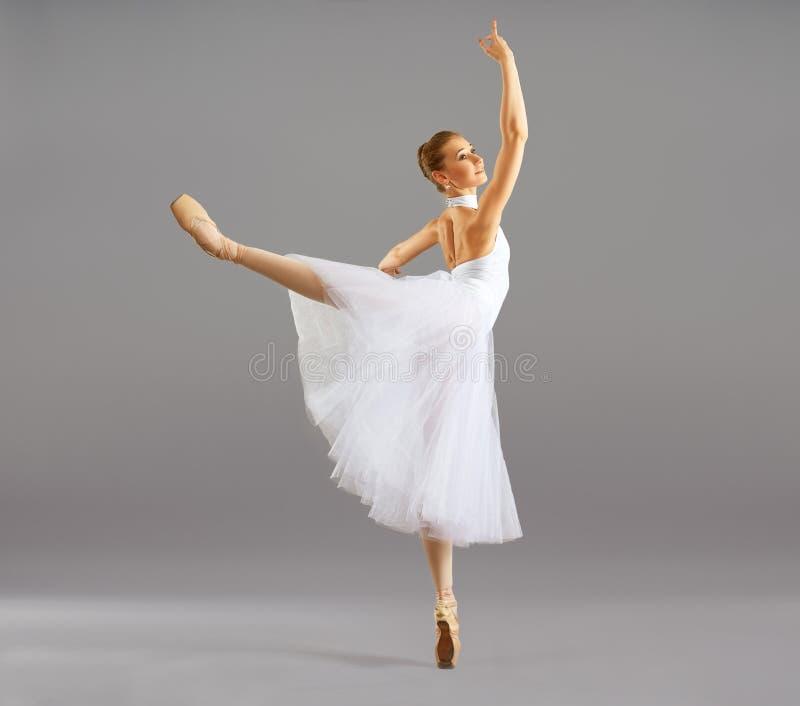 Bailarina na dança clássica da pose do bailado foto de stock
