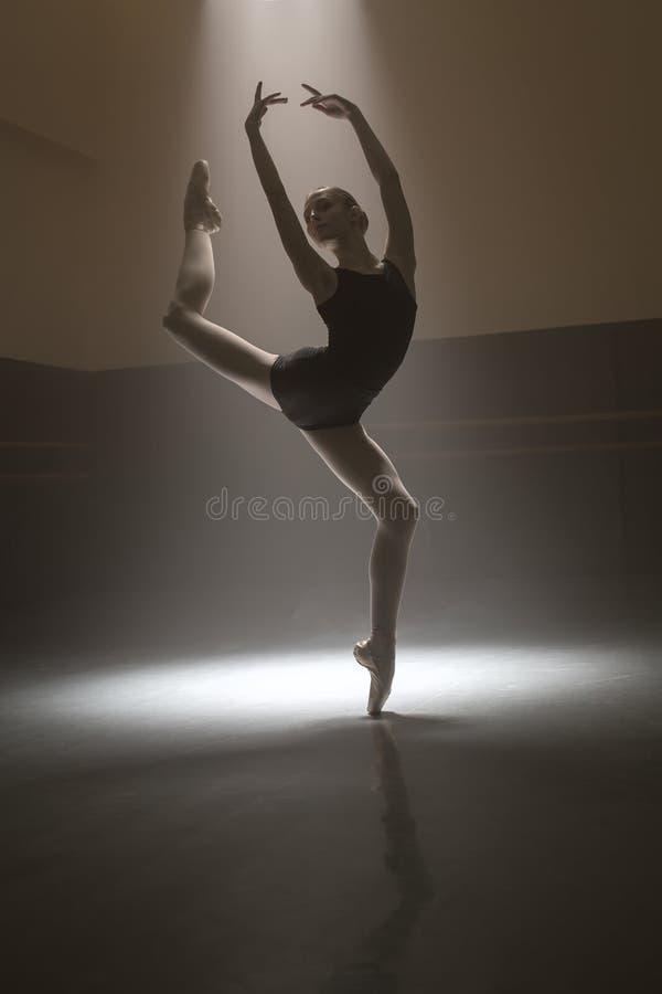 Bailarina na malha preta foto de stock