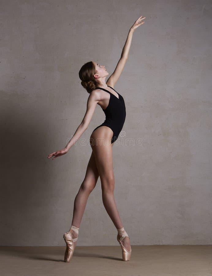 Bailarina nas sapatas do pointe que dançam na roupa preta imagens de stock royalty free