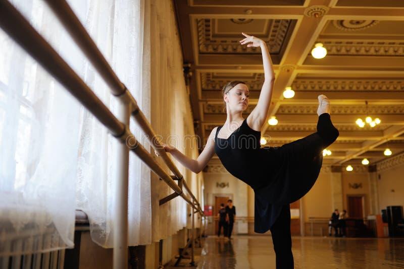 Bailarina no ensaio ou no treinamento na classe do bailado foto de stock royalty free