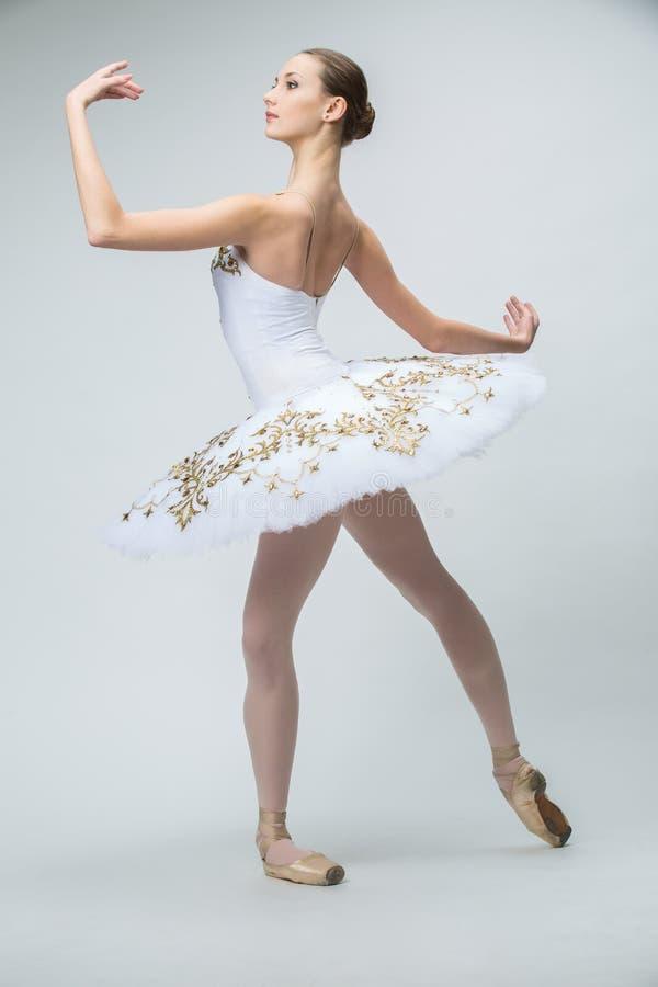 Bailarina no estúdio foto de stock