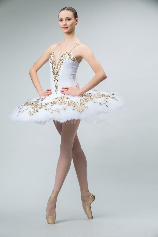 Bailarina no estúdio imagens de stock royalty free