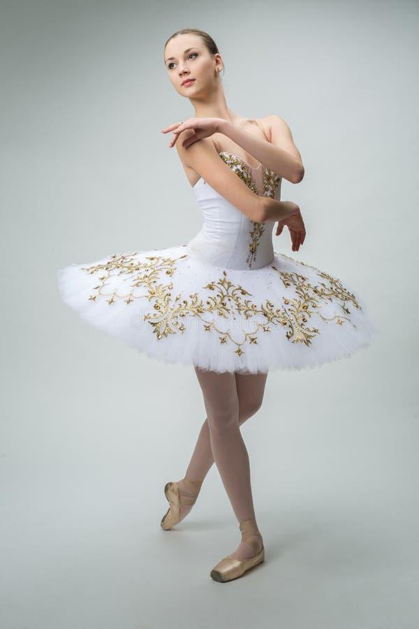 Bailarina no estúdio fotografia de stock