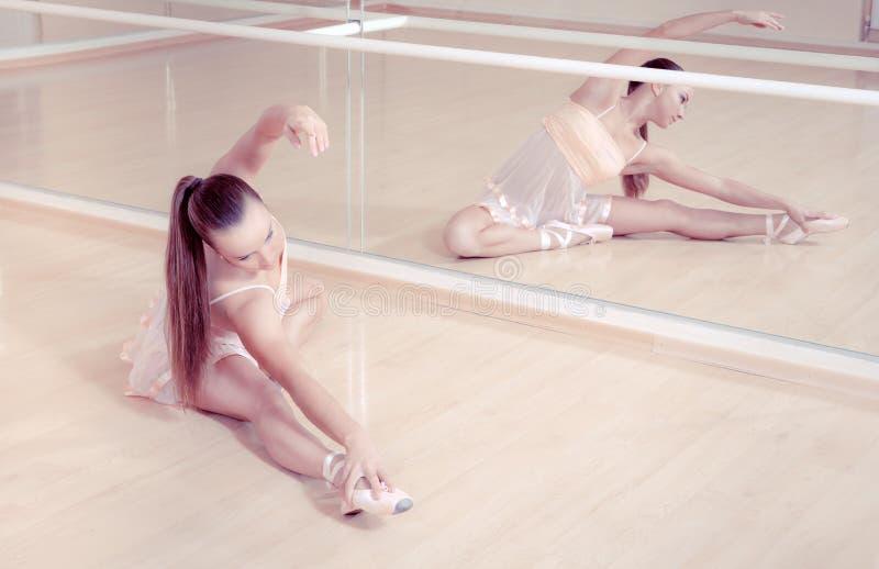 Bailarina no estúdio cor-de-rosa de аgainst do vestido fotos de stock