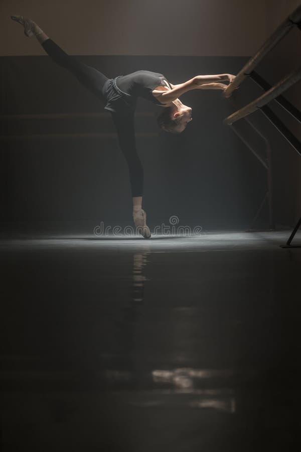 bailarina no preto fotos de stock royalty free