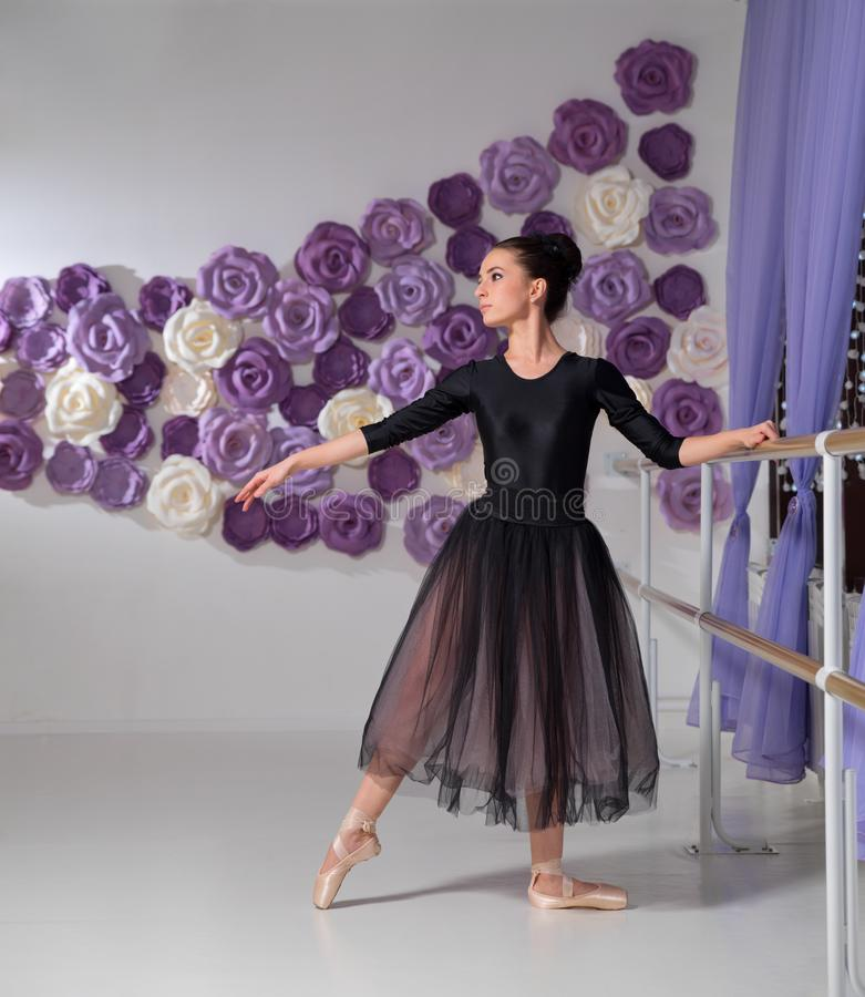 Bailarina no salão de formação fotos de stock royalty free