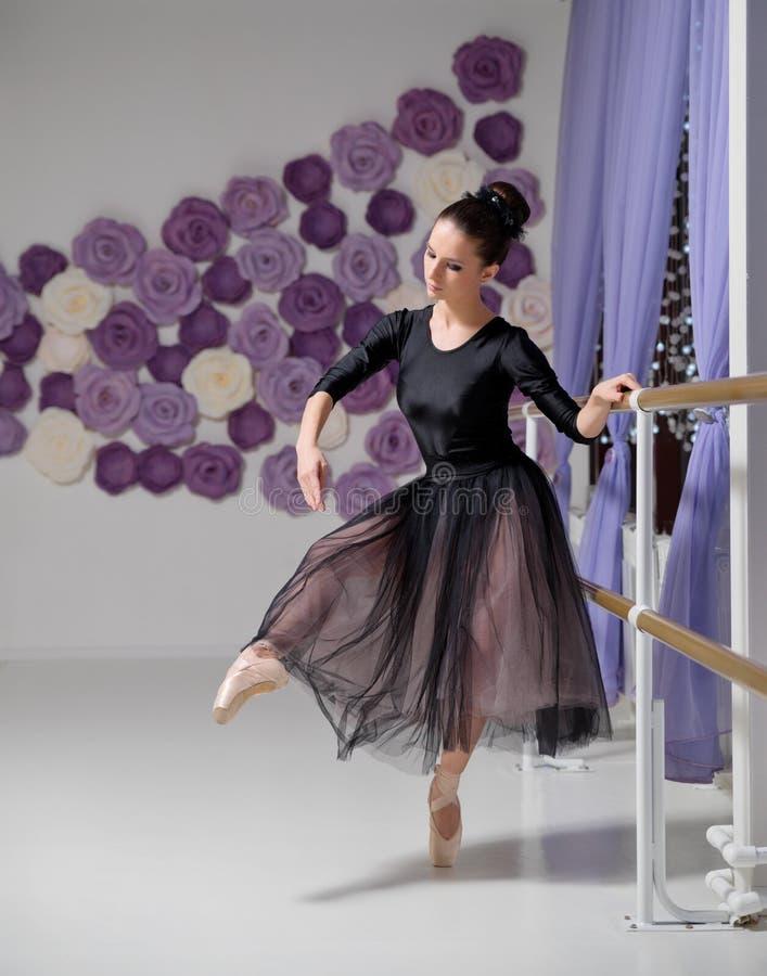 Bailarina no salão de formação imagem de stock royalty free