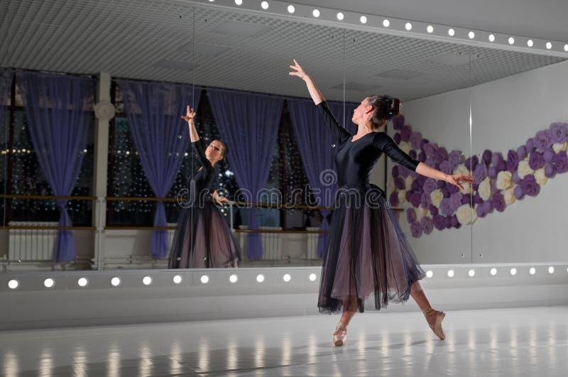 Bailarina no salão de formação foto de stock