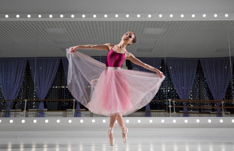 Bailarina no salão de formação fotografia de stock