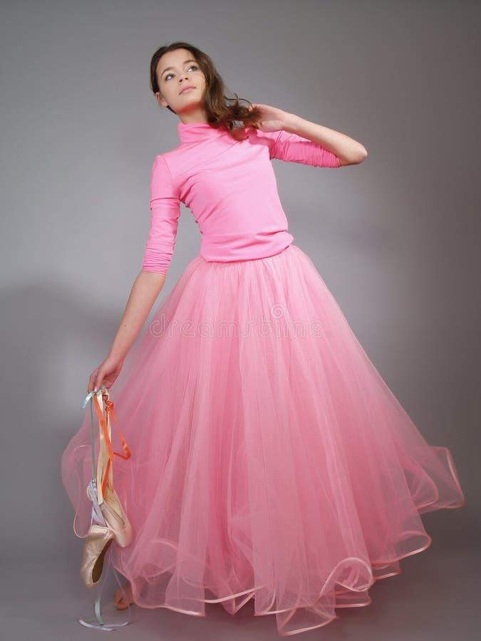 A bailarina nova em um vestido cor-de-rosa mostra a dança moderna imagens de stock royalty free