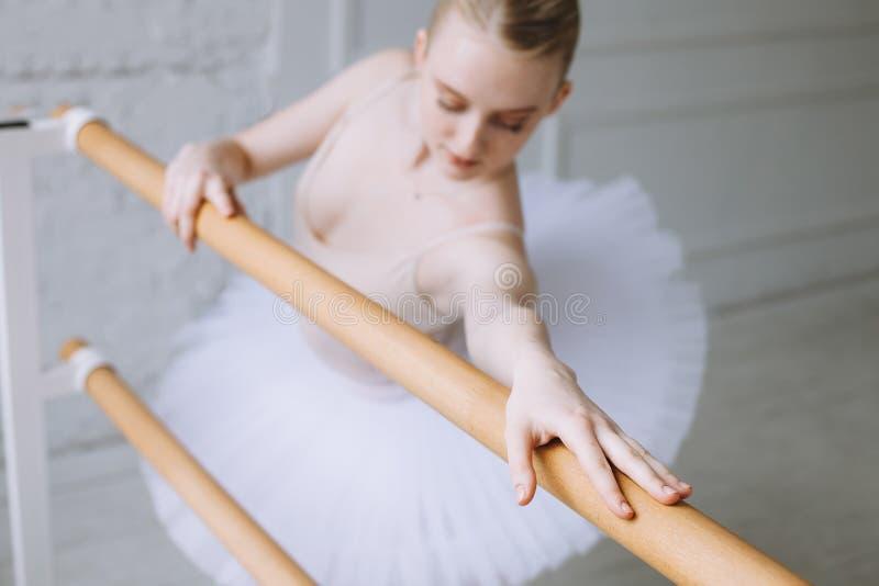 Bailarina nova na classe do bailado imagens de stock royalty free