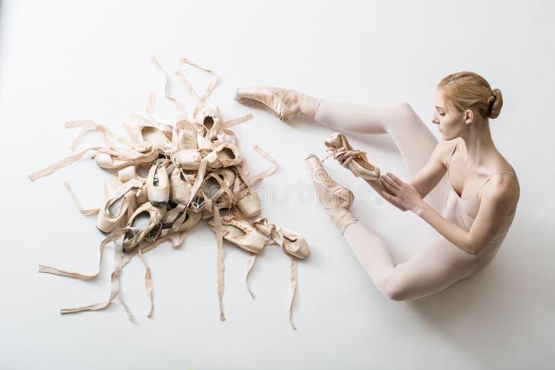 Bailarina nova nas calças justas brancas fotografia de stock royalty free