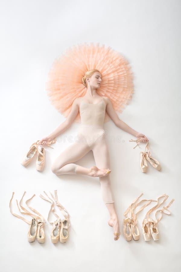Bailarina nova nas calças justas brancas fotografia de stock