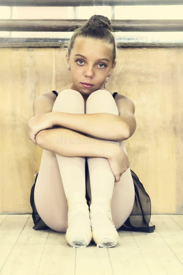 Bailarina nova no salão para ensaios ballet dançar fotos de stock