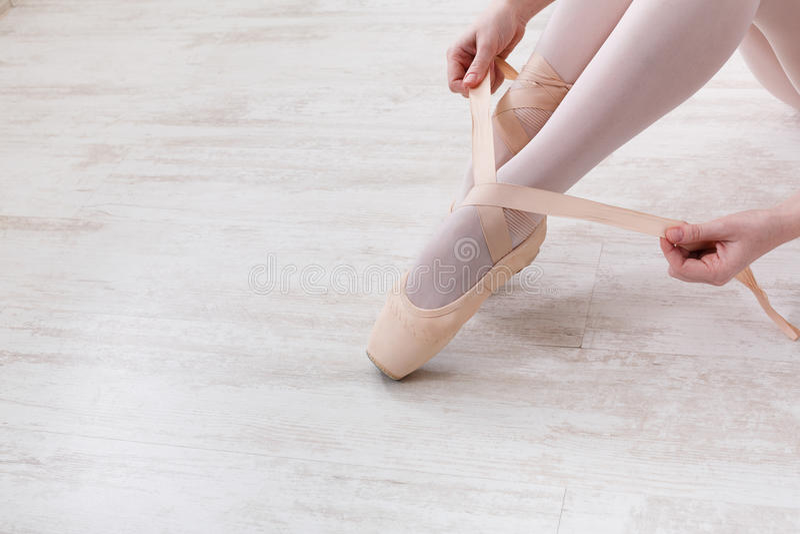 A bailarina põe sobre sapatas de bailado do pointe, pés graciosos imagens de stock royalty free