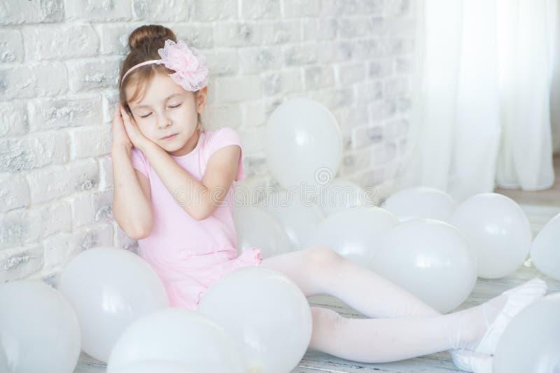 Bailarina pequena em um estúdio fotografia de stock