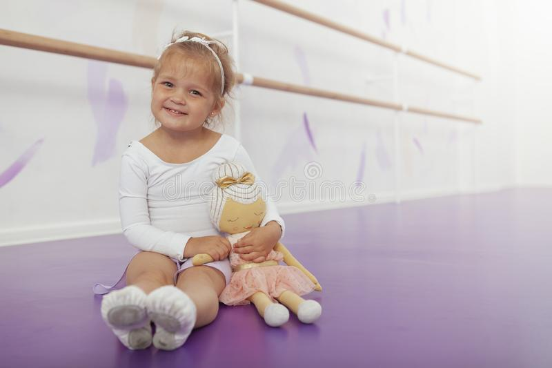 Bailarina pequena feliz bonito que exercita na escola de dança foto de stock royalty free