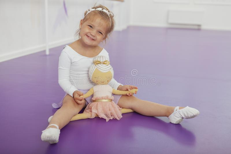 Bailarina pequena feliz bonito que exercita na escola de dança fotografia de stock royalty free