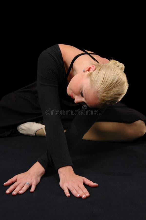 Bailarina que cruza suas mãos imagens de stock