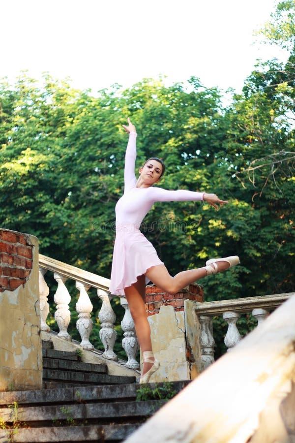 Bailarina que dança fora imagem de stock