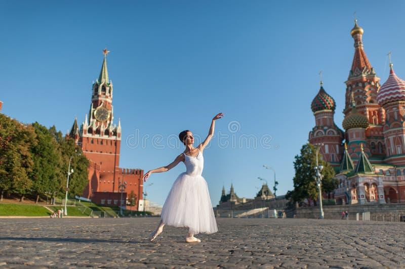 Bailarina que dança no centro de Moscou imagem de stock
