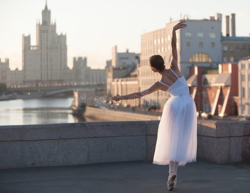 Bailarina que dança no centro de Moscou imagens de stock