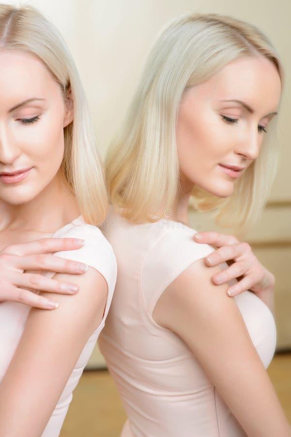 Bailarina que ensaia ao lado do espelho fotografia de stock royalty free