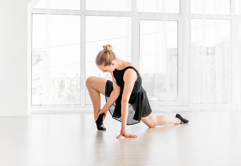 Bailarina que estica na escola do bailado imagens de stock royalty free