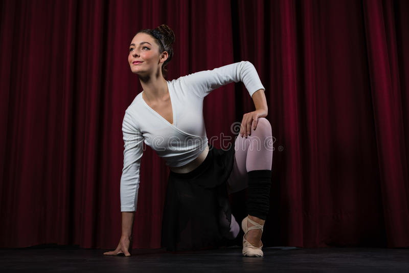 Bailarina que executa esticando o exercício fotografia de stock
