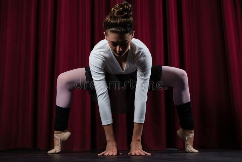 Bailarina que executa esticando o exercício fotografia de stock royalty free