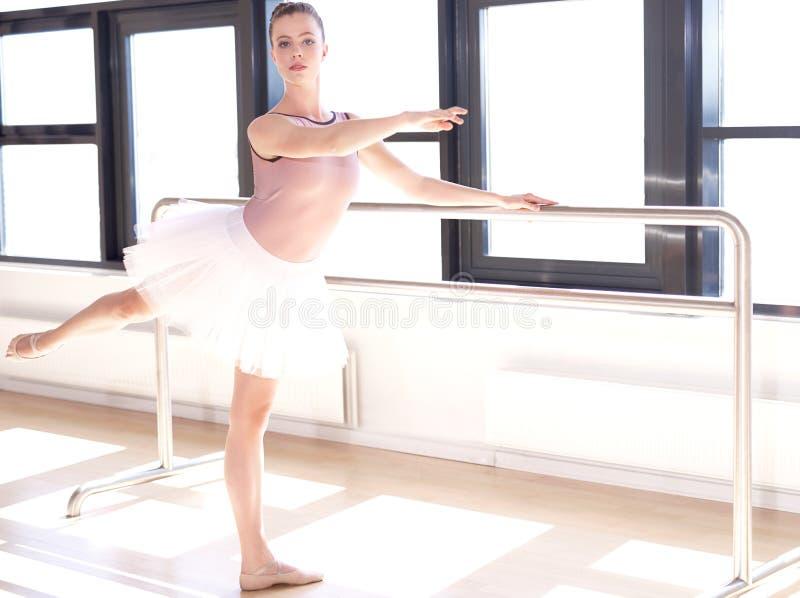 Bailarina que faz Barre Exercises em Sunny Studio fotografia de stock