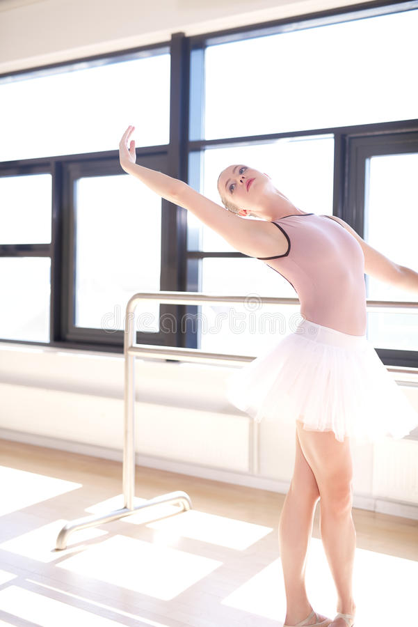 Bailarina que faz Barre Exercises em Sunny Studio fotografia de stock royalty free