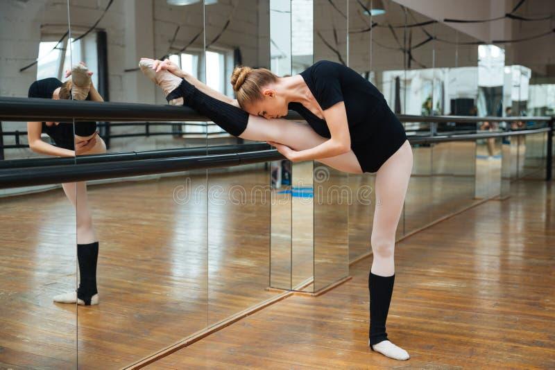 Bailarina que hace estirando ejercicios fotografía de archivo libre de regalías