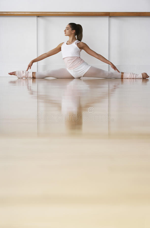 Bailarina que hace fractura en sitio del ensayo fotos de archivo libres de regalías
