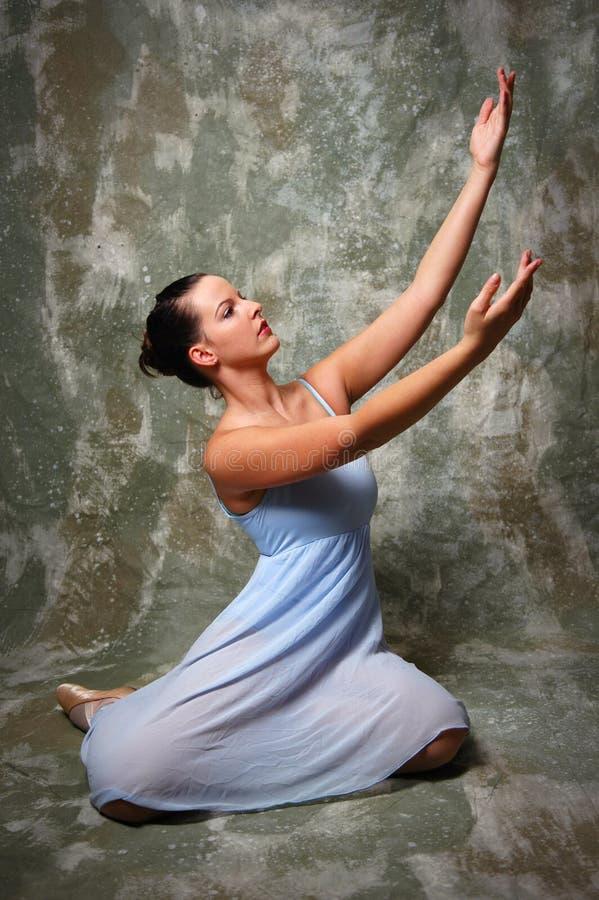 Bailarina que levanta as mãos imagens de stock