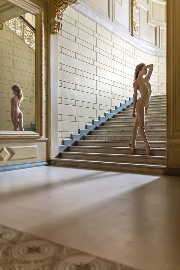 Bailarina que levanta no interior fotos de stock