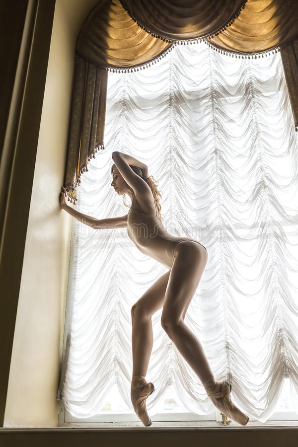 Bailarina que levanta no interior fotografia de stock royalty free