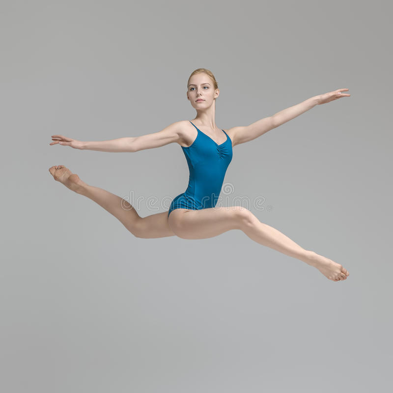 Bailarina que levanta no salto imagens de stock