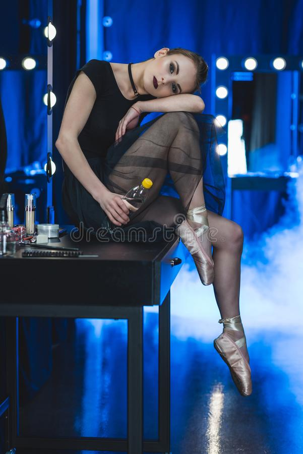 bailarina que relaxa e que senta-se na tabela imagem de stock royalty free